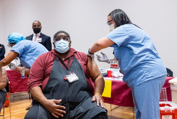 nurses administer coronavirus vaccine